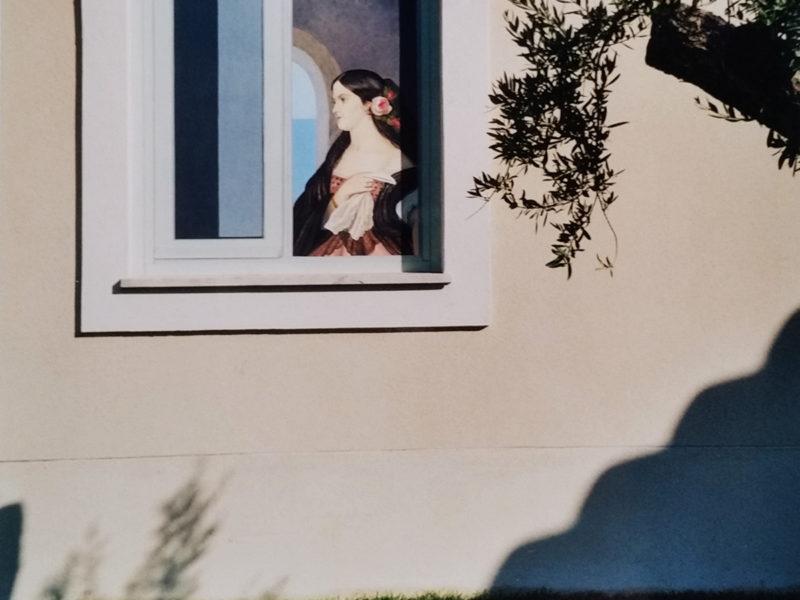 Esterno Hall Cefalù Sicilia Tecnica mista. Acrilico su tela, Esterno Hall Cefalù Sicilia, tecnica mista, acrilico su parete esterna, trompe l'oeil di una finta finestra con dama, finta finesta con dama dipinta su parete, finta finesta con paesaggio, trompe l'oeil con finta finesta con paesaggio, trompe l'oeil per esterno, decorazione per albergo, decorazione per ristoranti, decorazione per pubs , decorazione per residenze private, trompe l'oeil