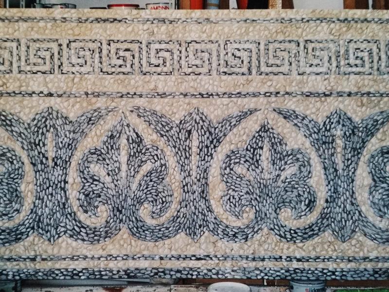 acrilico su tela, decorazione banco accoglienza hall, decorazione per hall albergo, finto mosaico con ciotoli dipinto su tela, riquadri finto mosaico con ciotoli, tecnica mista, tela dipinta incollata su parete