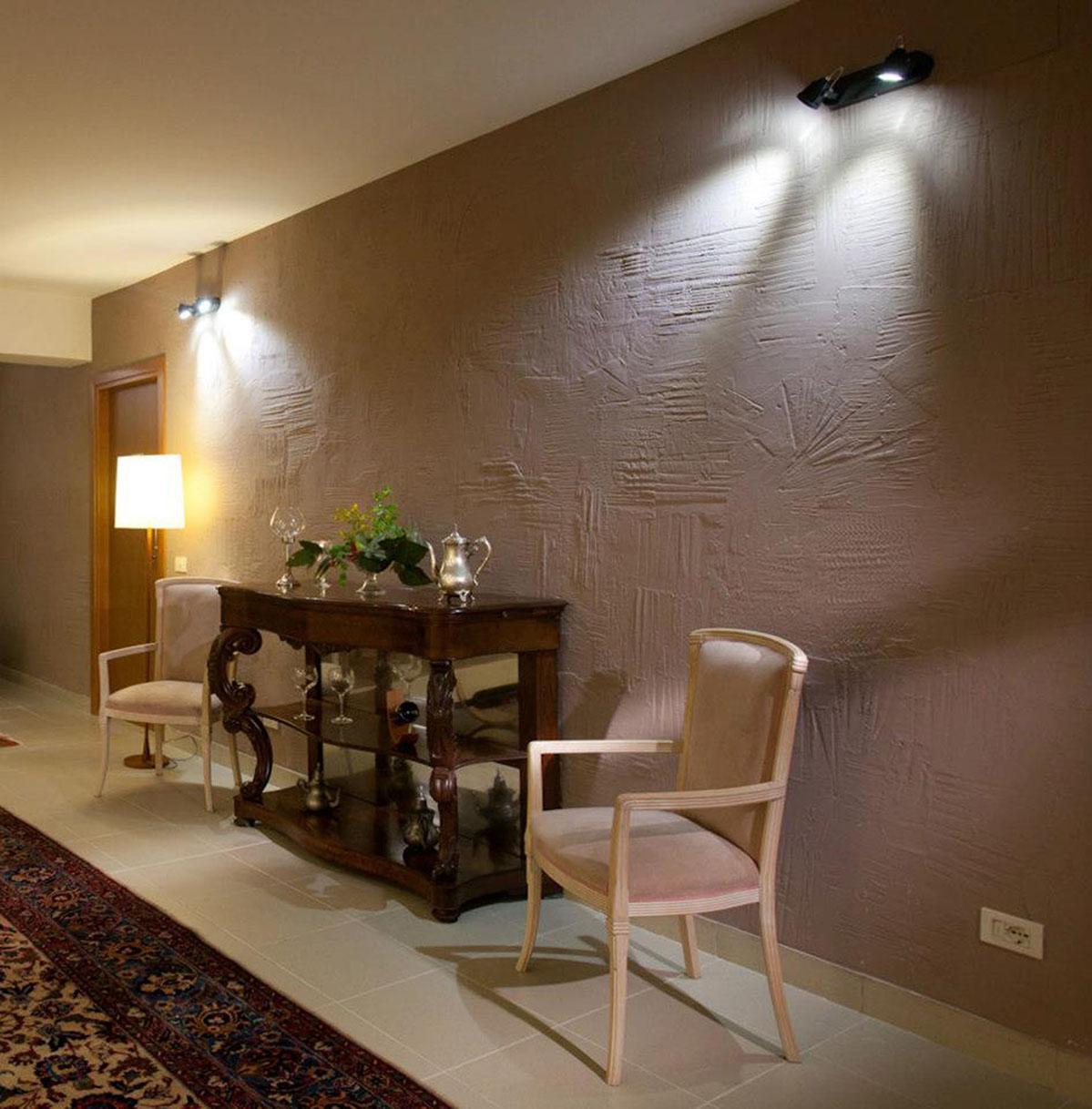 Parete colorata Residenza privata Roma Tecnica mista. Gesso modellato su muro a bassissimo rilievo e graffito. Colorazione con pigmenti. Mq 21